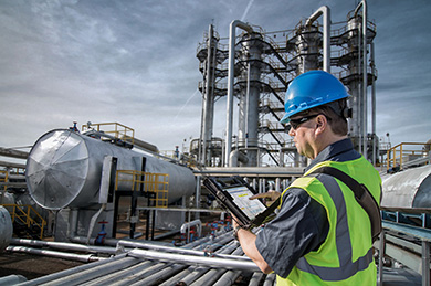 OIl & Gas Software - Field Inspection worker in the Oil industry